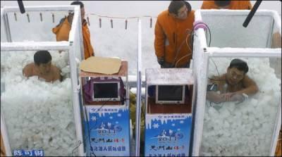 برف کے ایک ڈبے میں بیٹھنے کا نیا عالمی ریکارڈ