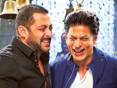 ممبئی میں ایوارڈ کی تقریب کے دوران شاہ رخ اور سلمان خان بے اختیار روپڑے