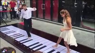اطالوی جوڑے نے پیروں سے پیانو بجایا، سب حیران