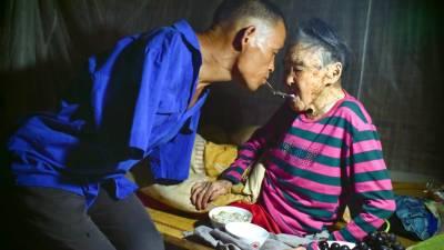 معذور شخص نے ماں سے محبت کی اعلیٰ مثال قائم کر دی