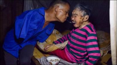 ہاتھوں سے محروم شخص نے ماں سے محبت کی مثال قائم کردی