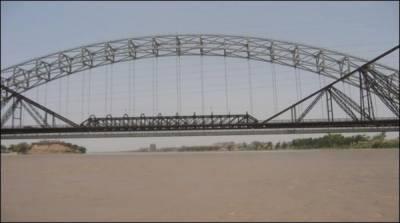 پل پر سیلفی لینے والا شخص دریائے سندھ میں گرگیا