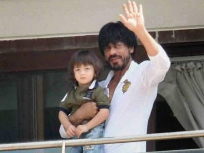 بالی ووڈ سٹار شاہ رخ خان نے اپنے بیٹے کو انوکھا تحفہ پیش کر دیا