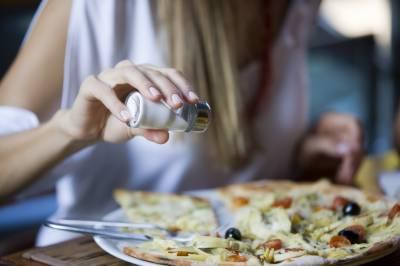 ایک دن میں نمک کی کتنی مقدار ضروری ہے؟ اور زیادہ نمک استعمال کرنے سے کن بیماریوں کا خدشہ ہے؟ حیران کن رپورٹ
