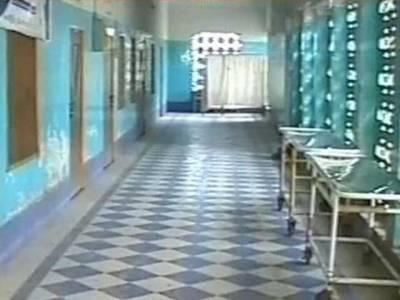 شکارپور؛ بستر نہ ملنے پر خاتون نے اسپتال کے صحن میں ہی بچے کو جنم دیدیا
