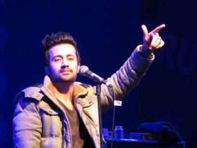 پاکستانی گلوکار عاطف اسلم ہیرو بن گئے،لڑکی کو غنڈوں سے بچا لیا