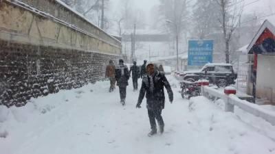 ملک کے مختلف شہروں میں بارش اور پہاڑی علاقوں میں شدید برفباری کا سلسلہ جاری