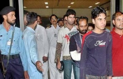 ملائیشیا سے بےدخل ہونے والے پاکستانی لاہور پہنچ گئے