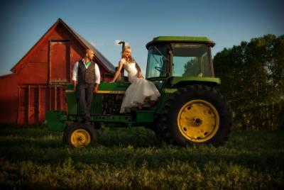 شادی کو یادگار بنانے کیلئے نئے نویلے جوڑے کی ٹریکٹر پر سواری