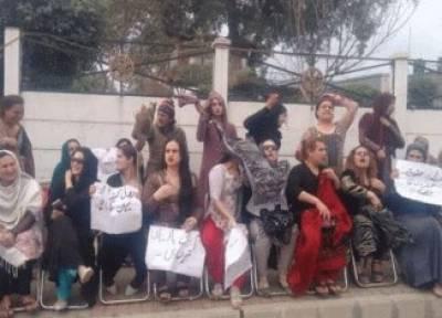 مردان میں خواجہ سراؤں کا پولیس انتظامیہ کے خلاف احتجاج