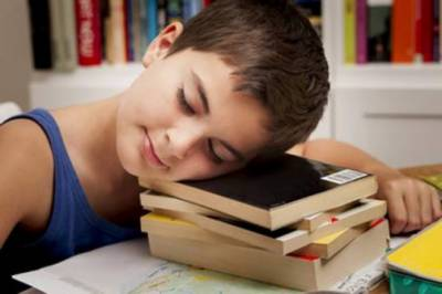 امتحان میں اچھے نمبروں کے لیے کتنی نیند ضروری ہے؟
