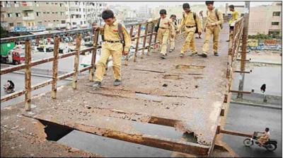 کراچی کا پل جو موت کے کنویں کی شکل اختیار کر گیاہے