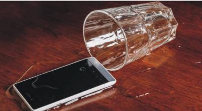 موبائل فون پر پانی گر جائے تو کیا کر نا چاہیئے ،ماہرین کی رائے جانیئے