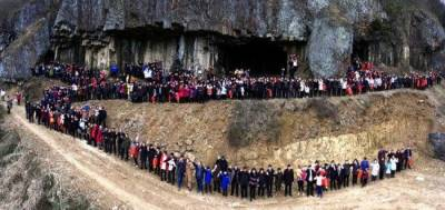 ایک خاندان کے 500 ارکان کی ایک ساتھ تصویر نے سوشل میڈیا پر تہلکہ مچا دیا ۔۔!!!