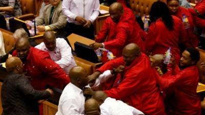 جنوبی افریقا کی پارلیمنٹ اکھاڑا بن گئی، مکے اور لاتیں چل گئیں