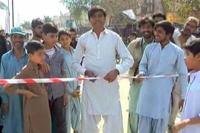 کراچی: وزیر اعلیٰ کے نہ پہنچنے پر بچوں نے فلائی اوور کا افتتاح کر ڈالا