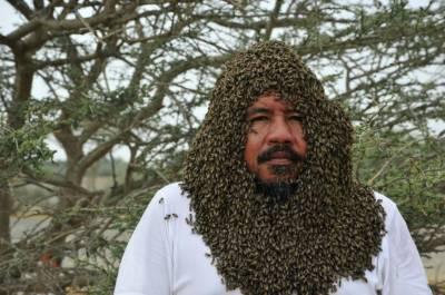 سعودی شہری نے شہد کی 20 ہزار مکھیاں چہرے پر بٹھا لیں