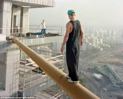 بلند عمارتوں پرخطرناک کرتب دکھانے والا نڈر نوجوان