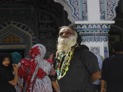 صوفی ازم کے شوق نے تعلیم یافتہ امریکی شہری کو مزار کا دربار ی بنا دیا
