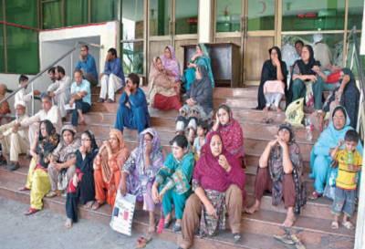 ینگ ڈاکٹرز کی دوسرے روز بھی ہڑتال، پنجاب بھر میں اسپتالوں کی او پی ڈیز بند