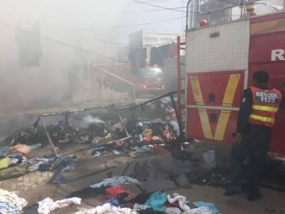 ملتان : لنڈا بازار میں آگ بھڑک اٹھی،لاکھوں روپے کا کپڑا جل کر خاکستر