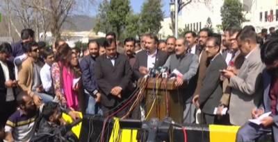 موبائل فون چھیننے پر صحافیوں کا انوشہ رحمان کیخلاف احتجاج، شیم شیم کے نعرے