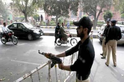 سکیورٹی خطرات کے باعث شہر شہر پولیس کے ناکے لیکن پولیس والے موقع کی تلاش میں