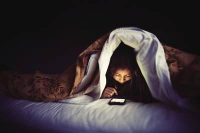 خبردار، رات کو سمارٹ فون کا استعمال آنکھوں کی بینائی چھین سکتا ہے