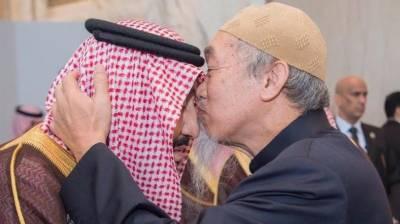 شاہ سلمان کی پیشانی پر مذہبی رہنما الشیخ حسین نے عقیدت سے بوسہ دیا