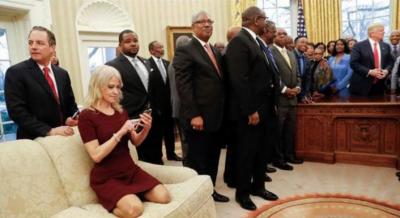 ٹرمپ کی مشیر جوتوں سمیت صوفے پر بیٹھ گئی ، شدید تنقید کا سامنا