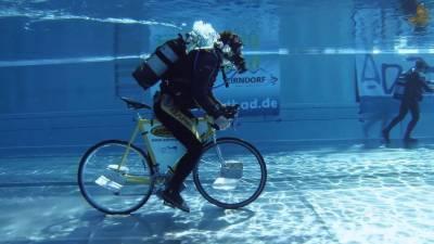 پانی میں 855 میٹر تک سائیکل چلانے کا عالمی ریکارڈ قائم