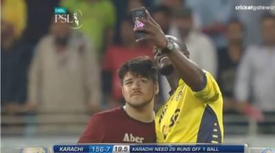 پاکستان سپر لیگ:نوجوان کی سیلفی نے میچ رکوا دیا