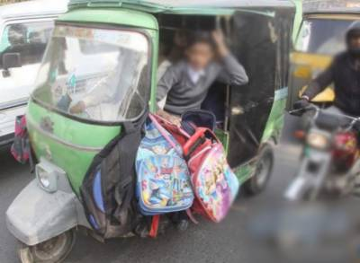 لاہورمیں سیشن عدالت کے باہرموجود 3 نوجوانوں کے اسکول بیگزسے اسلحہ برآمد