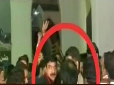 ریلوے سٹیشن پر معمر شخص نے شیخ رشید کو جوتا دے مارا