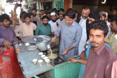 جمشید دستی نے بھی لوگوں کو چائے پلانا شروع کر دی