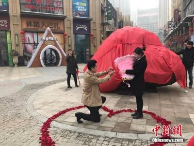 چین میں محبوب نے محبوبہ کی33 ٹن وزنی فرمائش پوری کردی