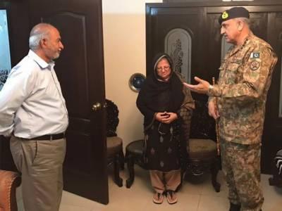 آرمی چیف کی شہید کیپٹن جنید کے گھر آمد، والدین سے ملاقات