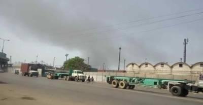 کراچی: ڈاکیارڈ کے قریب گودام میں آتشزدگی، فائر ٹینڈر آگ پر قابو پانے میں مصروف
