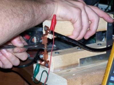 مفلوج بازو الیکٹروڈز اور تاروں کے ذریعے دماغ سے جوڑ کر فعال
