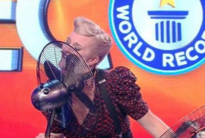 خاتون نے پنکھے کے پروں کو اپنی زبان سے ایک منٹ میں زیادہ بار روکنے کا عالمی ریکارڈ قائم کر دیا