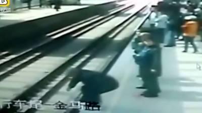80 سالہ چینی شہری ٹرین کے نیچے آنے کے باوجود زندہ بچ گیا