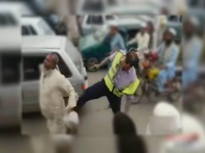 پشاور:بزرگ شہری پر سر عام تشدد کرنے والا ٹریفک وارڈن برطرف