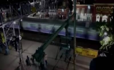 ٹرین پر سیلفی بناتے 3 لڑکے گر کر ہلاک