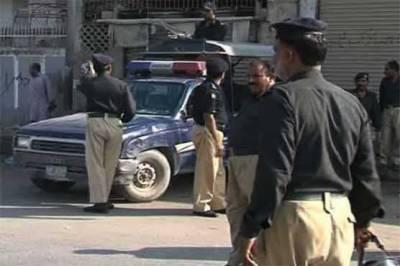 کراچی: پولیس مقابلےکے بعد ایک زخمی سمیت 4 ملزمان گرفتار،بھاری مقدار میں اسلحہ برآمد
