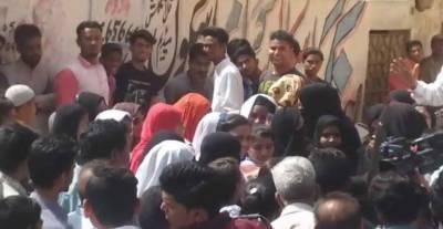 کراچی: طالبات نے مرد اساتذہ کے تلاشی لینے پر پرچہ دینے سے انکار کر دیا