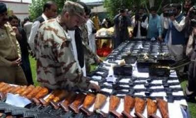 ڈیرہ بگٹی : سوئی میں ہتھیار ڈالنے والے فراریوں کی نشاندہی پر بھاری تعداد میں اسلحہ برآمد