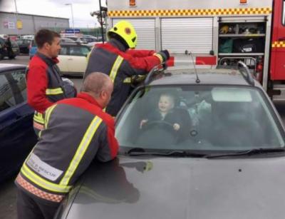کار میں حادثاتی طور پر بند ہونے والے بچے نے سب کو محظوظ کر دیا