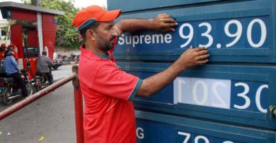 لاہور:رواں برس عالمی منڈی میں خام تیل کی قیمتیں مسلسل کم،پاکستان میں الٹی گنگا
