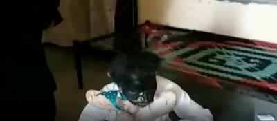خواتین نے نازیبا حرکت پر جعلی پیر کی چپلوں سے دھلائی کر دی
