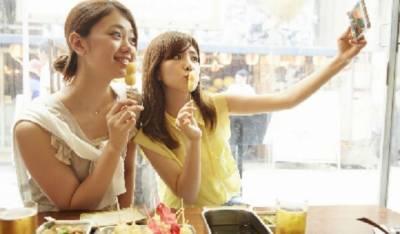 جاپانی کمپنی نےفیس بک تصاویر کے لیے کرائے پر دوست فراہم کرنا شروع کر دیئے